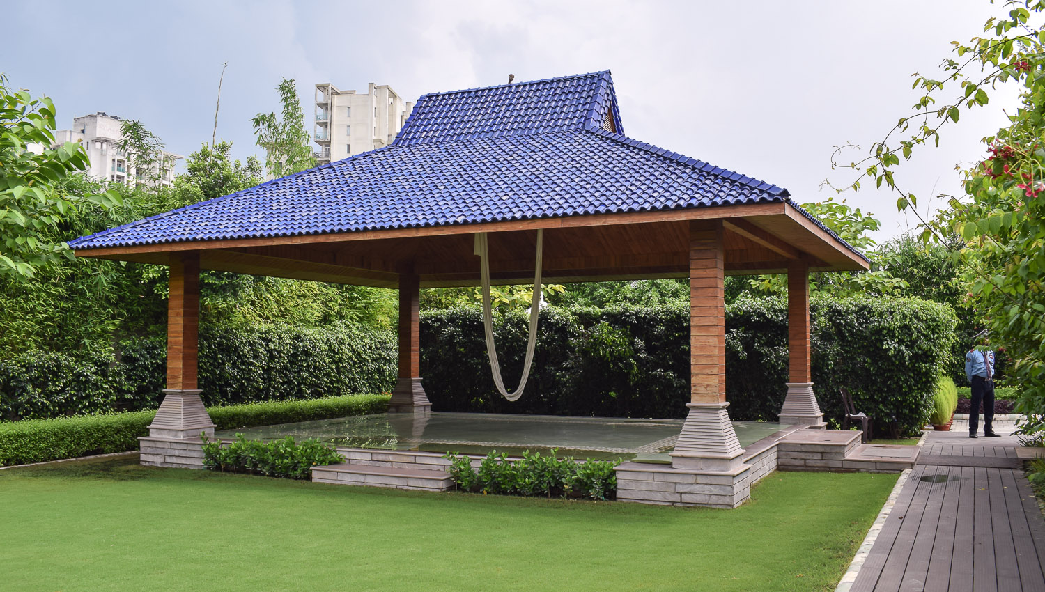 The hanging yoga pavillion in the garden. Image:  © Ambica Gulati