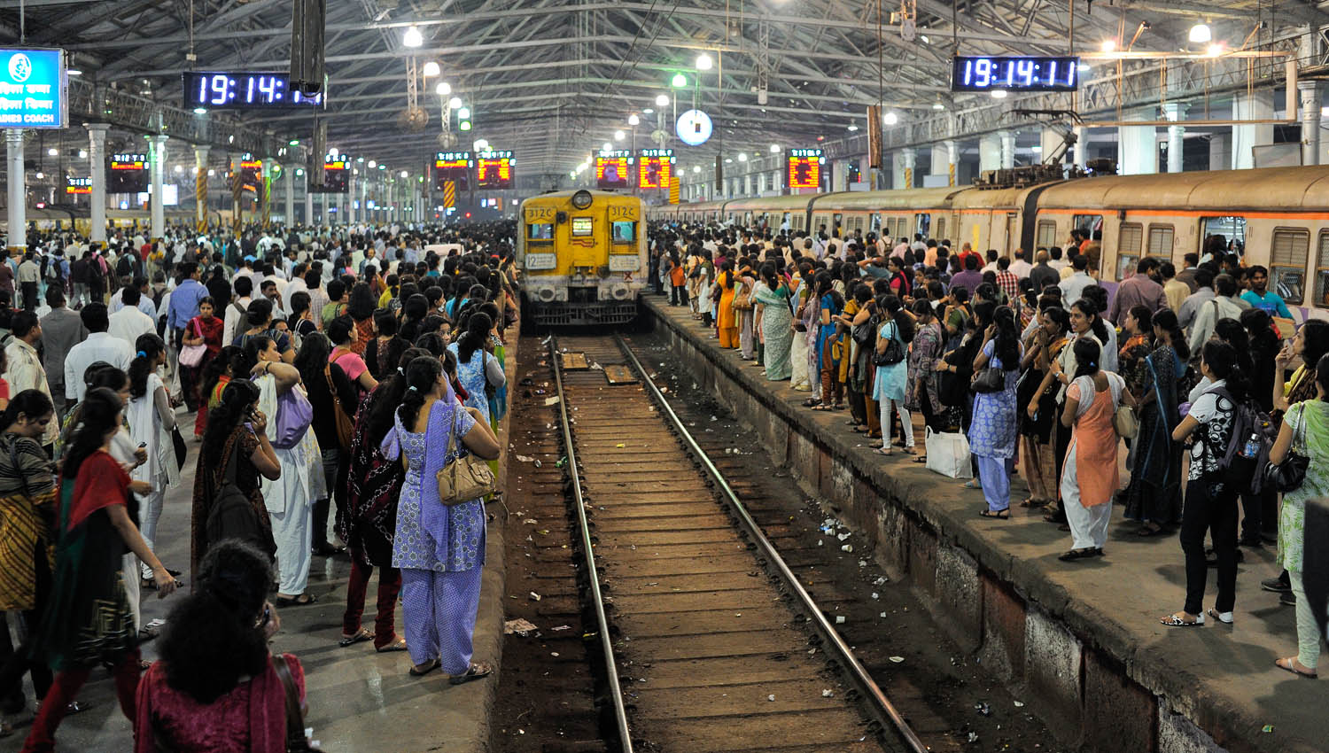 The busy platforms during rush hour. Image:  ©    Padmanaba01