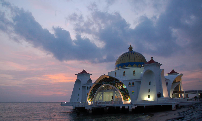 The very photogenic Malacca Strait Mosque. Image: ©  Marufish