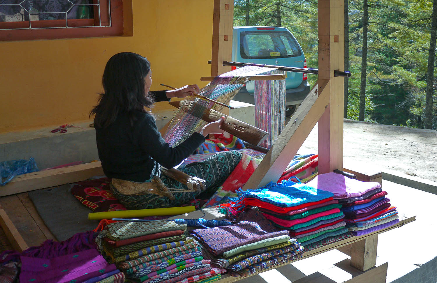 A woman weaving cloth on the way to the Preserve. Image:  © Alan Williams
