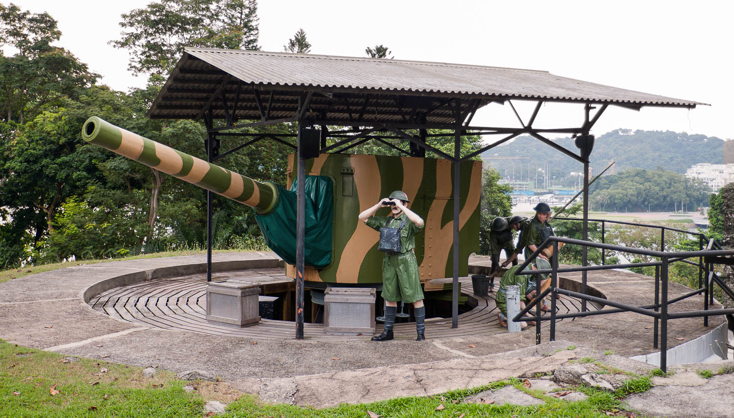 British guns and replica soldiers at Fort Siloso. Image:  © Ints Vikmanis