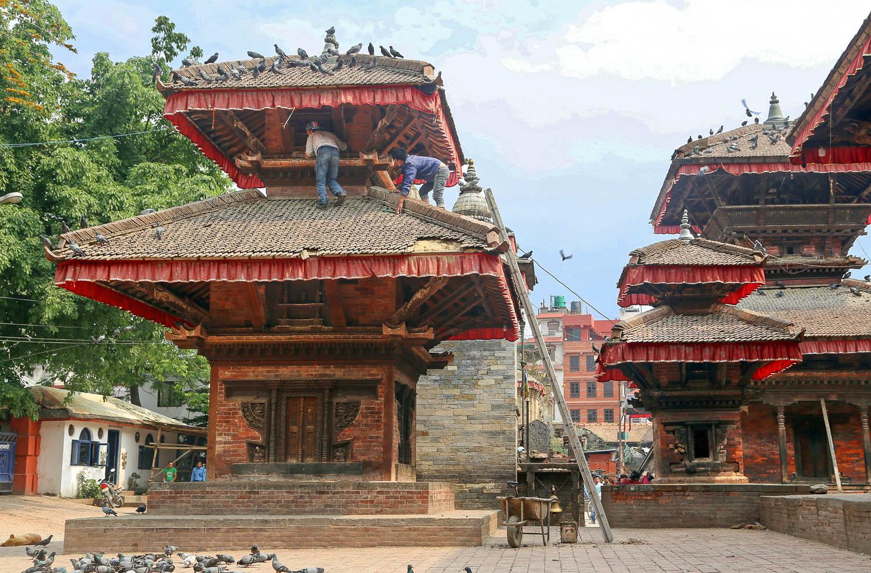 Repairing a temple roof in Kathmandu Durbar Square. Image:  © Alan Williams