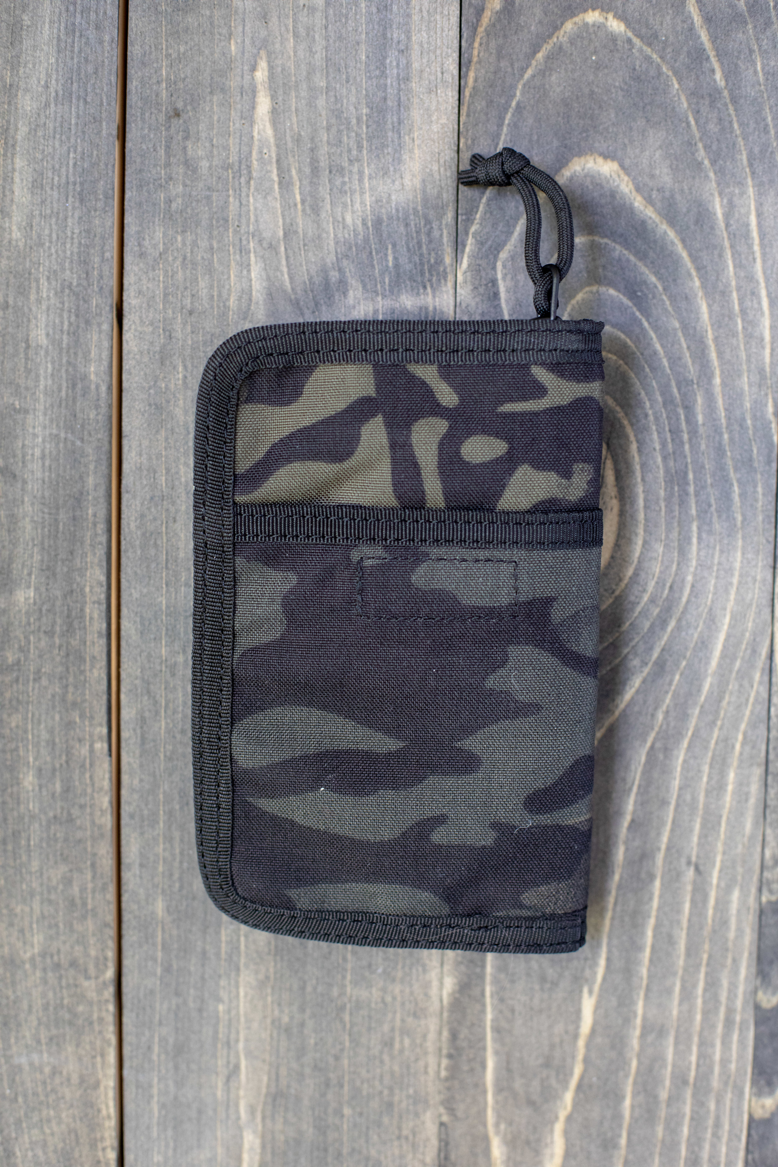 The outside: - The front includes a pocket divided in two. The back of the wallet includes a pocket with a velcro closure.