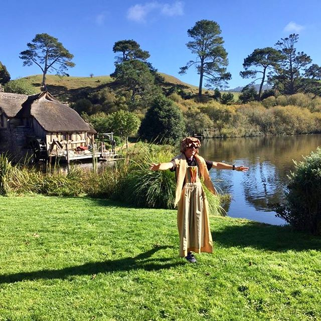 Getting into the spirit of the Shire at #hobbiton Movie Set! One of the massive advantages of arriving at Hobbiton early is having no other people in your photos! Dressing up optional 😁 it means a 6 am departure from Auckland, but it's so worth it to be the first tour of the day around Hobbiton... But if early mornings aren't your thing, we also do a 10 am departure from Auckland for a more leisurely start to your day. Book via our website @cheekykiwitravel #hobbiton #cheekykiwitravel #dressups #theshire #smallgrouptours #daytours #nztravel #purenz #nzmustdo #earlybird #nztours #toursfromauckland #photography