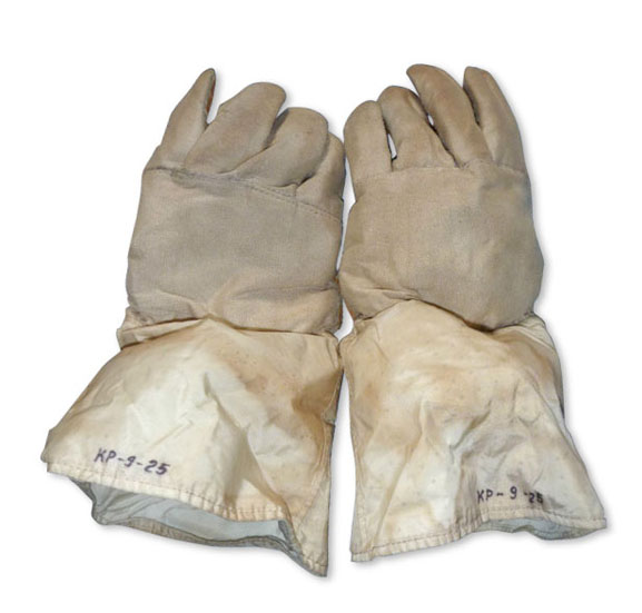 034031_soviet_moonwalker_spacesuit_krechet_gloves_02.jpg