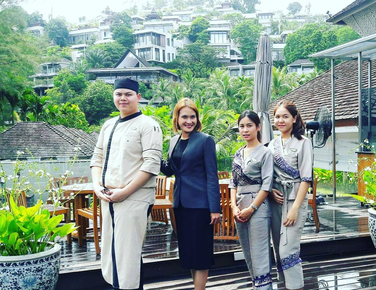 ….    Academic Affairs Co-ordinator Koya Prayoonchat with I-TIM students Claw, Oh, and Cream during their internship at the Anantara Layan in Phuket.    ..    ผู้ประสานงาน ฝ่ายงานวิชาการ คุณกอหญ้า ประยูรชาติ กับนักเรียนไอทิม ข้าว โอ้ และครีม ระหว่างการฝึกงานที่อนันตรา ลายัน จังหวัดภูเก็ต    ….