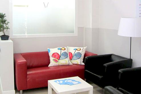 Sala de espera:  En Atemtia comprendemos que las familias forman parte de nuestro equipo, por eso hemos diseñado nuestro espacio teniendo en cuenta sus necesidades y su comodidad.