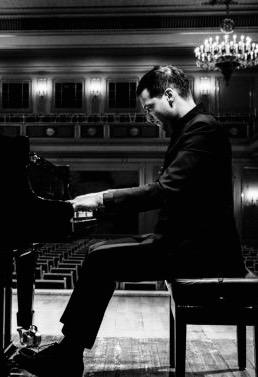 Francesco Piemontesi - Sveitsisk pianist født 1983 i Locarno. Etter studier på Hochschule für Musik und Theater Hannover med Arie Vardi vant han priser ved flere store konkurranser, inkludert Queen Elisabeth-konkurransen i Brussel i 2007. Han ble tildelt fellesskapet til Borletti-Buitoni Trust i 2009. Mellom 2009-2011 ble han valgt som BBC New Generation Artist. I 2012 ble Piemontesi kunstnerisk direktør på