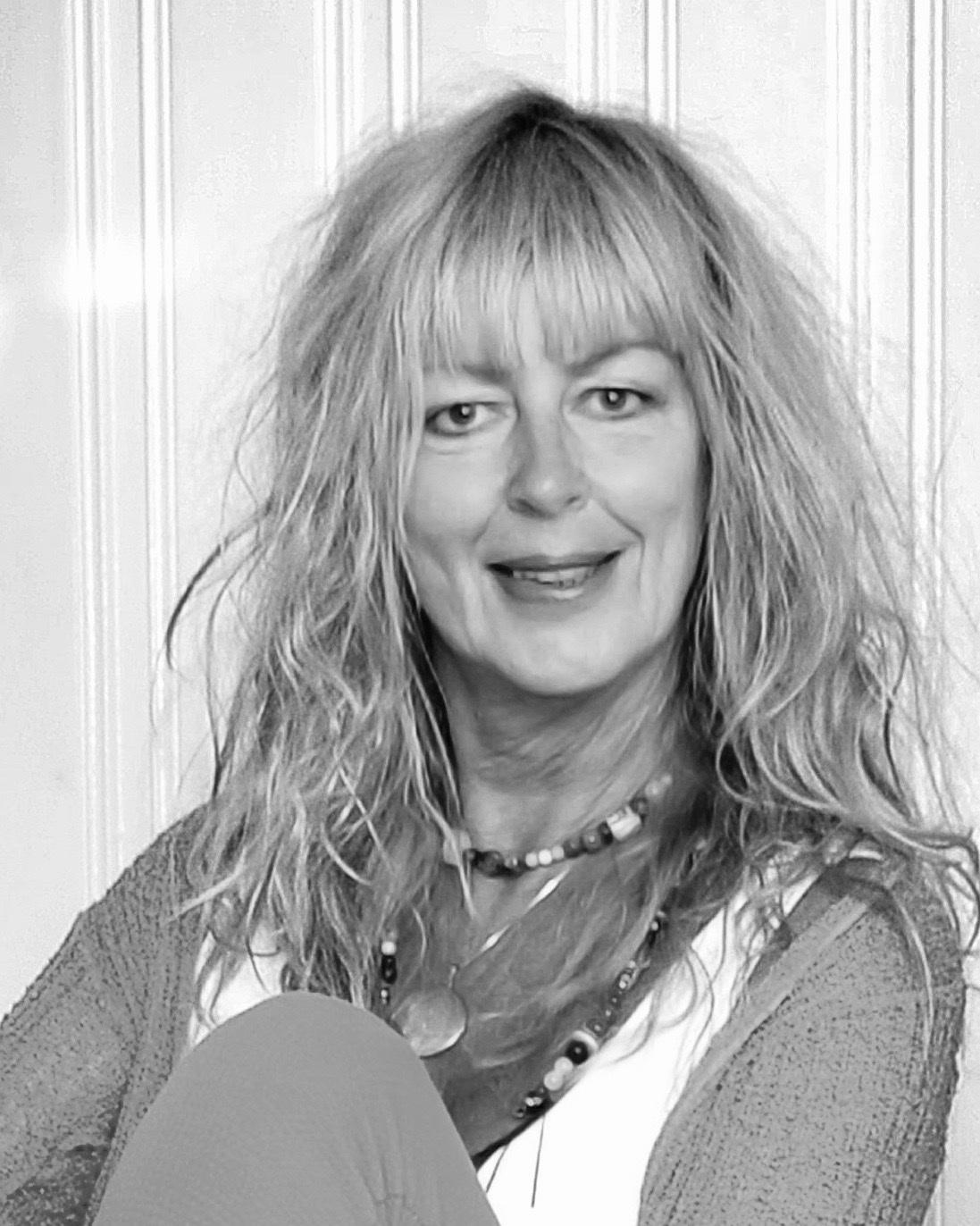 Anniken Paulsen - vokste opp på Greåker Kino og bodde der til hun var 18 år. Soverommet hennes lå vegg i vegg med maskinrommet, hvor musikk i alle genre fløt gjennom den tynne døren, noe som inspirerer henne til samarbeid med andre kunstarter. Hun er festivalkomponist for Egil Hovland-festivalen i 2019