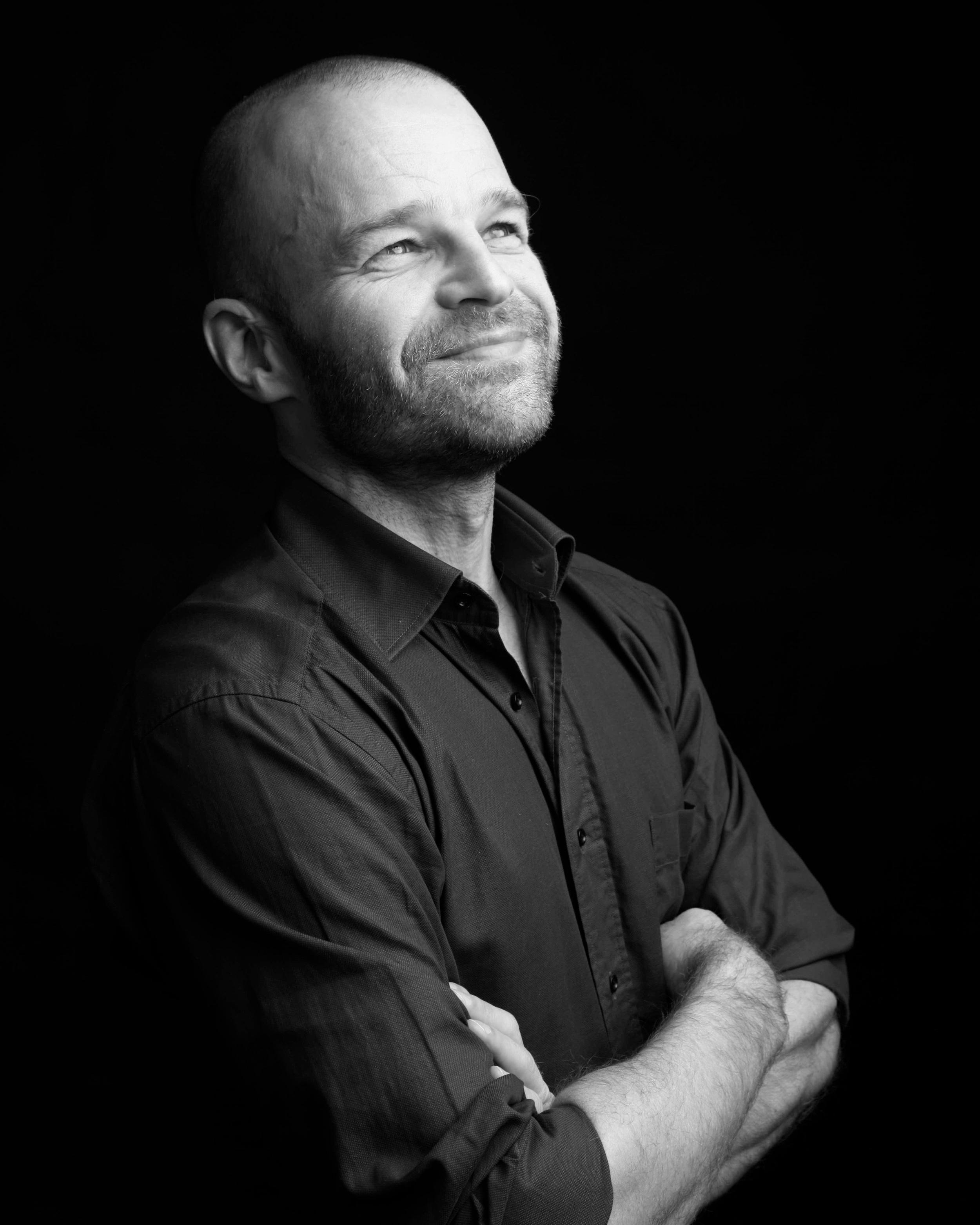 """Anders Hall Grøterud - (moderator) er leder av Senter for talentutvikling Barratt Due, og lærer i Prestasjonsprosess for utøvende musikere på høyskolenivå. Han er tidligere landslagstrener i triatlon med hovedfag i idrettspsykologi, og har skrevet boken """"Sporty business – hvordan lykkes på jobb med toppidrettens metoder"""". Han har bred erfaring som leder og konsulent, og som rådgiver for utøvere innen idrett, musikk og næringsliv. Anders er også tidligere Sølvgutt og litt stolt av å være i slekt med Pauline Hall."""