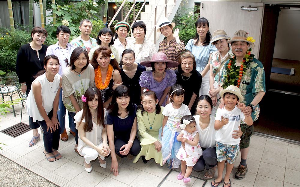 オレンジカフェのメンバーと。中央のつばの広い帽子をかぶっているのが岩瀬さん。