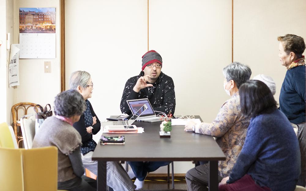 取材当日は、講師がスマートフォンやパソコン、インターネットの相談にのる「何でも応える放課後クラブ」が開催。操作やアプリのダウンロードの仕方などひとり一人のペースにあわせて丁寧に教えてもらえる
