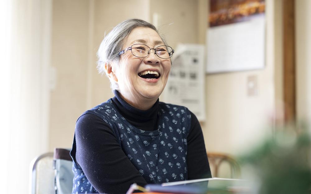 「今が人生で一番面白い!」と笑顔で語る『陽だまり』代表の服部満生子さん。『陽だまり』の活動が評価され、シニア世代の社会貢献を進める団体が選出される「第6回プラチナ・ギルド アワード」を受賞