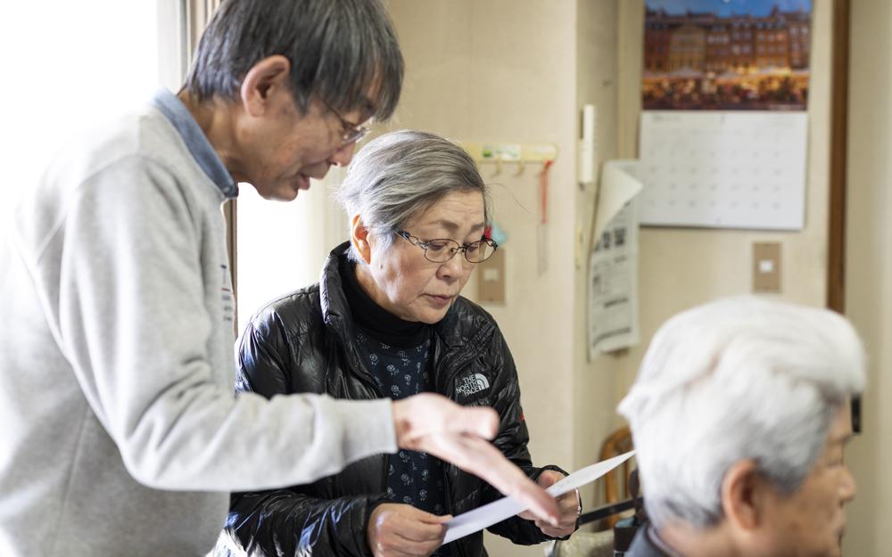 「『陽だまり』は、自分も参加したい講座がたくさんあって本当に楽しいですよ」と事務局の田口さん(写真左)。元草加市役所職員で川口市から通っている