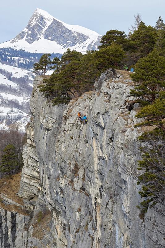 Mit der Platzierung des Transparentes hoch im Fels sollte sichergestellt werden, dass die Botschaft Präsident Trump erreicht – entweder beim Vorbeiflug durch das Tal oder über die Berichterstattung im Fernsehen.  Bild: Antonino Panté /  CAMPAX