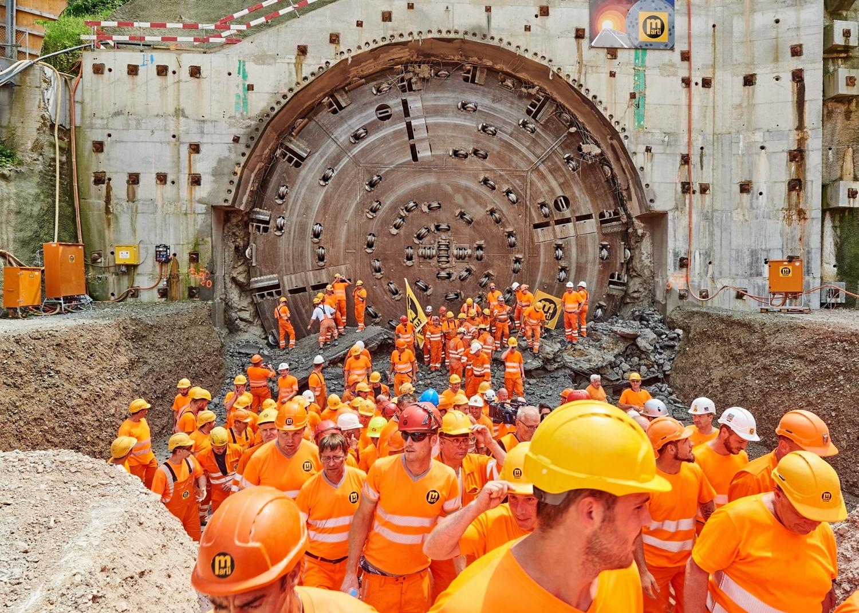 Die Tunnelbohrmaschine mit einem Durchmesser von fast 14 Metern hat am Mittwoch, 21. Juni 2017, die letzte Gesteinsschicht durchbohrt. 72 Wochen nach dem Start in Hägendorf SO ist der Sanierungsstollen fertig gebohrt. Nach 3200 Metern hat die Bohrmaschine Punktgenau und im Zeitplan Eptingen BL erreicht.  Bild: Antonino Panté