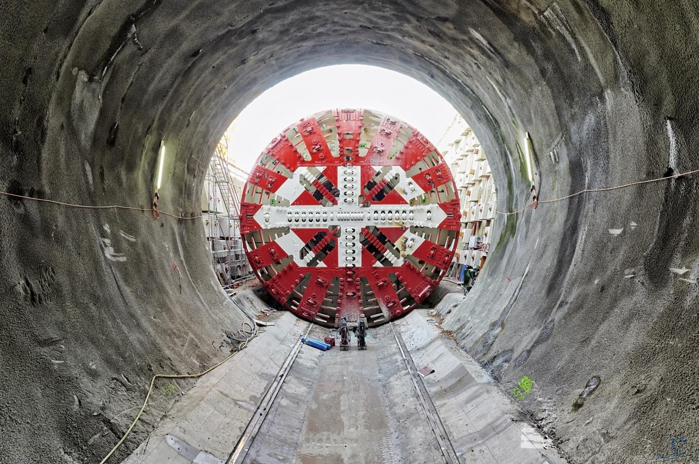 Der Eppenberg-Tunnel ist 2613 Meter lang. Alleine das Bohrschild der 100 Meter langen Tunnelbohrmaschine wiegt 200 Tonnen.