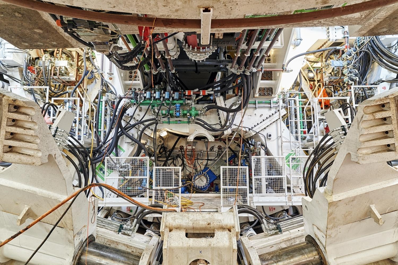 Ist der Durchschlag erfolgt, wird die 100 Meter lange und 2400 Tonnen schwere Tunnelbohrmaschine vor Ort für den Abtransport zerlegt.