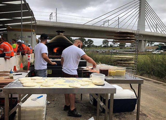 100 Tradies for lunch!! 🍕👷🏻‍♀️👷‍♂️🔨🔧 #tradies #pizza #catering #mobilepizza #pizzaemergencycatering #trainstation #rousehill #threecoursepizza