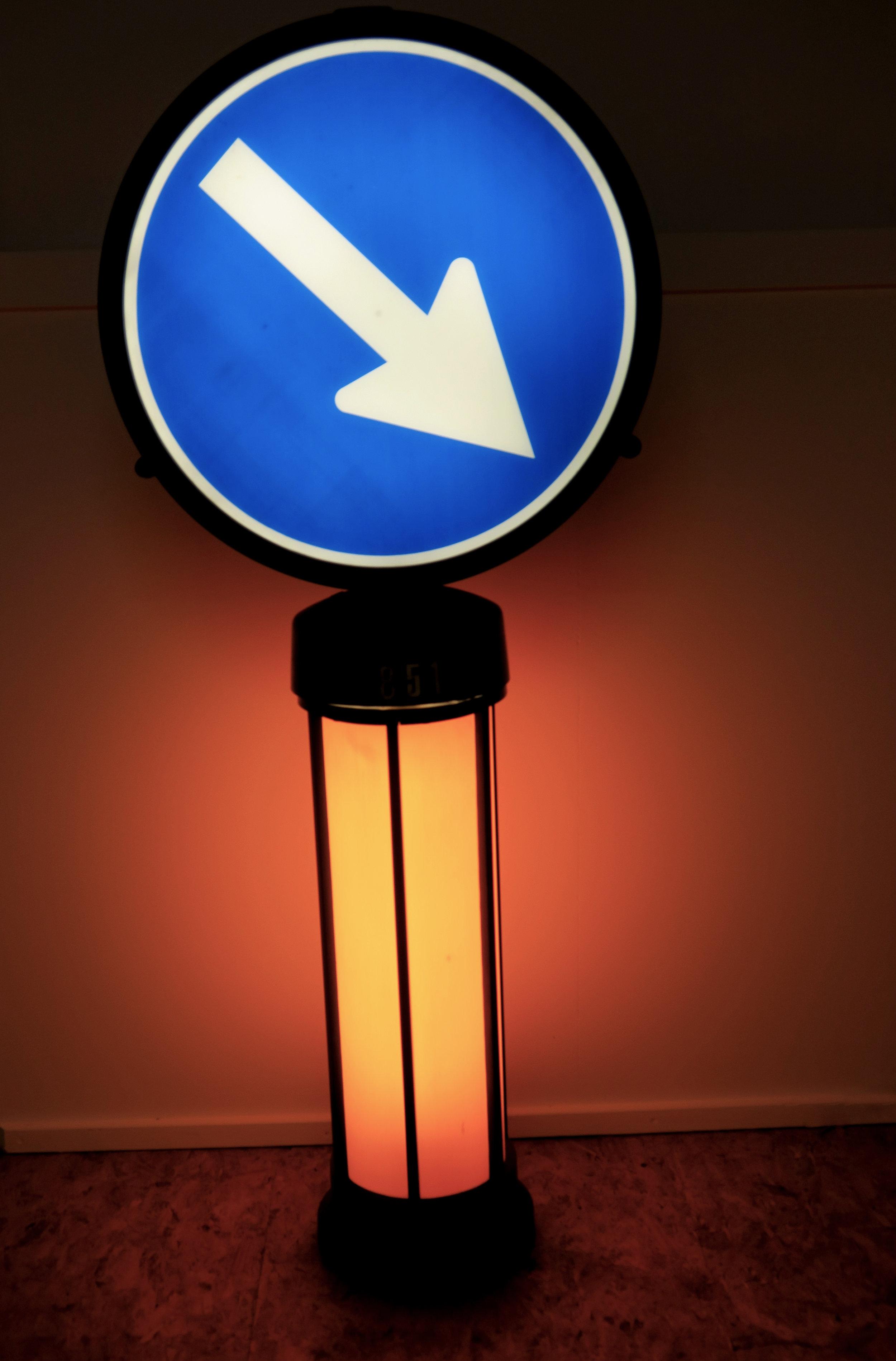 Verkehrshinweisschild - Kunstoff, Neonbeleuchtung, 60/70erVERKAUFT