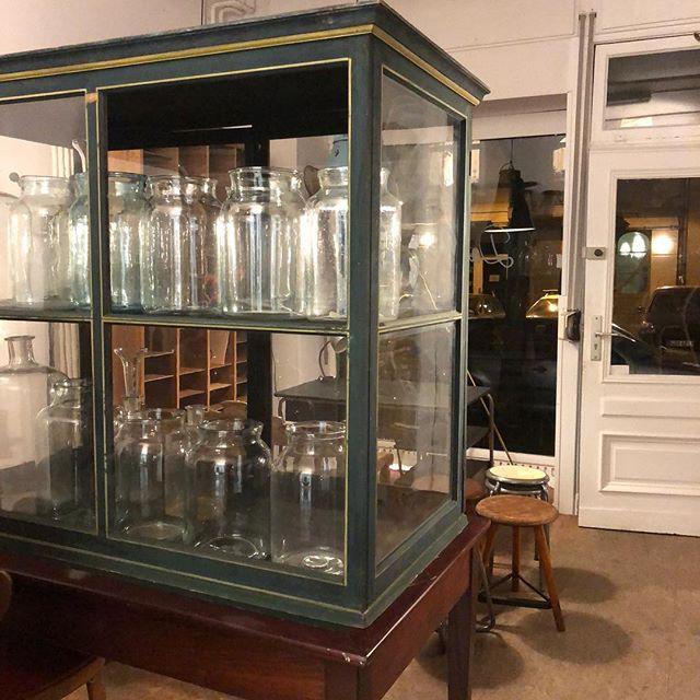 *Wonderful museum case (1890) & it's table *Wunderschöne Museumsvitrine (1890) den Tisch dazu haben wir auch! . #möbelmitseele #beautifulthings #vintage #museumcase #vitrine #greatstuff #recycling #malwasneues #kommtmalvorbei #austellungsvitrine#