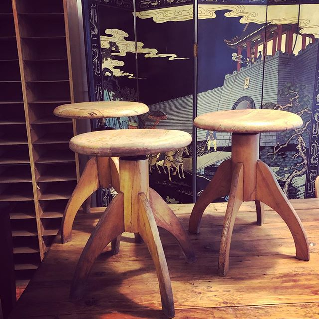 Wundershönes Paravant mit Skulpturalen Holzhockern. Wir haben heute bis 19.00 geöffnet! Amazing paravent and sculptural wooden stools. We are open today untill 19.00! . #vintage #vintagestyle #möbelmitseele #schönemöbel #malwasneues #greatstuff #hygge #hocker #paravent #midcenturyhome #midcentury