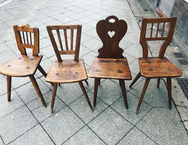 *Same but different x 4! *coup de cœur  des Tages! . #newbutold #recycling #holzstühle #chairs #originalcharacter #Stühle#gemütlich #hygge #heidiland #vintagemöbel #vintagefurniture #