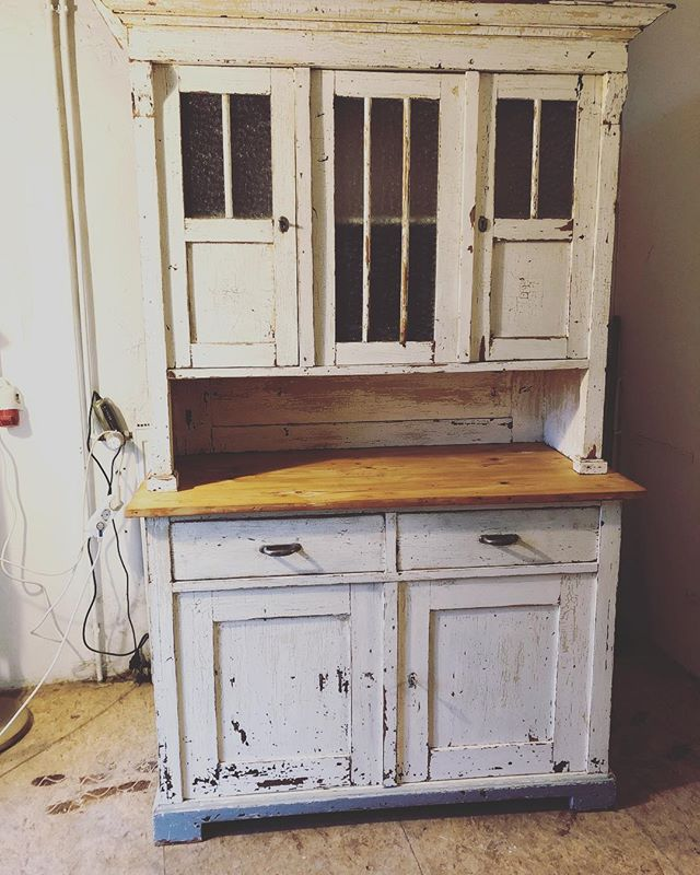 Wunderschönes Kūchenbuffet... Willkommen, wir haben viele neue Sachen! . Beautiful kitchen cupboard... come and visit, we have plenty of new arrivals! . #küchenbuffet #vintagestyle #vintagemöbel #kitchencupboard #holzmöbel #coolinteriors #hygge #hyggehome #gemütlicheszuhause #malwasneues #happyfurniture #recycling #