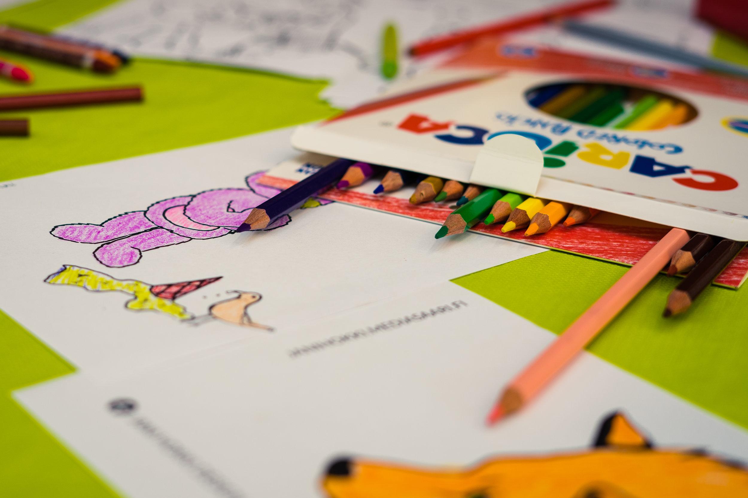 Kesäyrittäjät suunnittelivat Valkean pieniä asiakkaita varten värityspisteen. Kuvan ottanut  Jani Hokki .