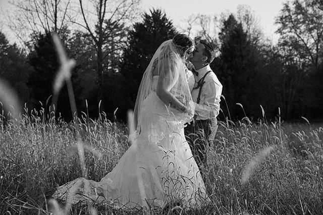❤️ When the brides are down to go into a field for photos you get some epic results!!! This is one of my favorite shots - also thank you for allowing me to shoot a little editorial and creative! Cheers to Kayleigh & Cole! 🌈✨
