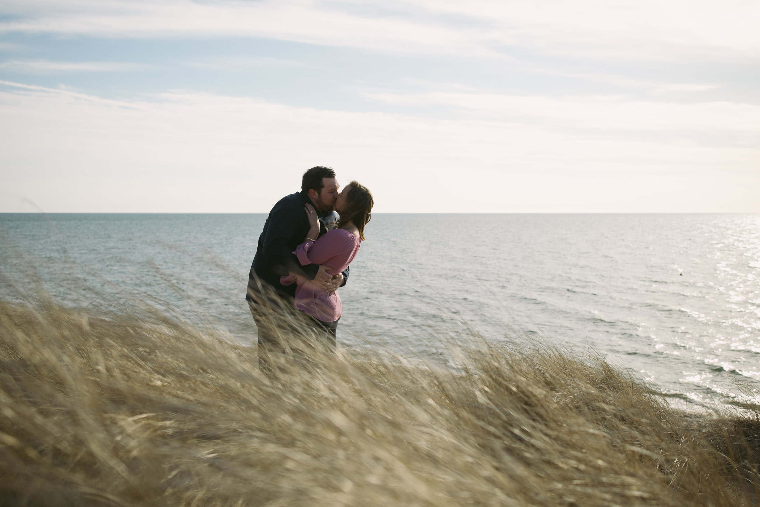 grandrapidsphotographer_hollandmichigan_hollandphotographer_lakemichigan_beachwedding_grandrapids_engaged_jessicadarling_jdarlingphoto_beachengagement008.jpg