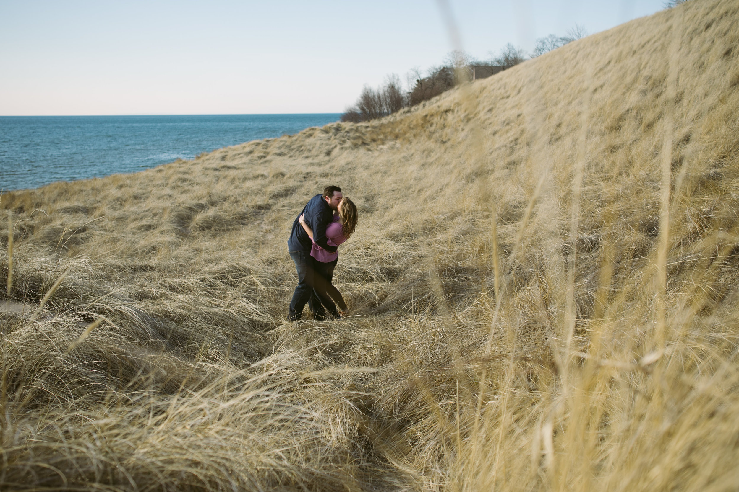 grandrapidsphotographer_hollandmichigan_hollandphotographer_lakemichigan_beachwedding_grandrapids_engaged_jessicadarling_jdarlingphoto_beachengagement014.jpg