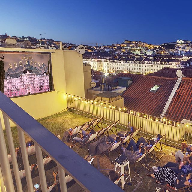 Thank God it's May! 🎉 'Abril, águas mil' rainy days are over and in less than one week, @cinesociety.lisbon will be back at the amazing rooftop terrace of @topolisboa for another season of outdoor cinema sessions! 📽️ We can't wait to meet you there and are thankful for all the positive feedback we have received, even before the first event of the year!  Check out our spring program and get tickets for your favorite movie! Link in bio ⬆