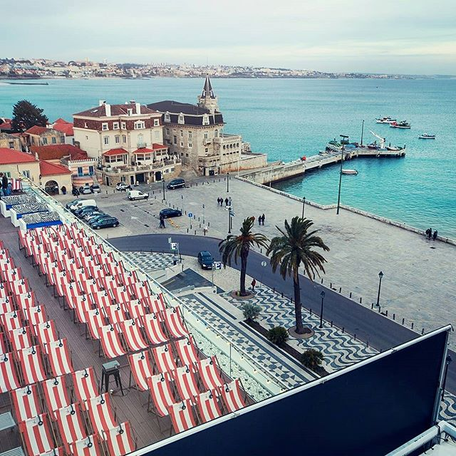Our Cascais opening event at Hotel Baía Cascais takes place on the 21st of May, but it's already sold out! 😲 Thanks to everybody who purchased tickets to join us for this evening! ⠀ ⠀ If you don't have tickets, no worries! Lots of other great movie nights are coming up at this amazing rooftop with its stunning view over the boulevard, bay and Ribeira beach. 🏖️⠀ ⠀ Check out the Cascais program for May and June on our website! Next up: 'La La Land' on the 4th of June! Want to join us this night? See the link to our website and webshop in the bio! ⬆️