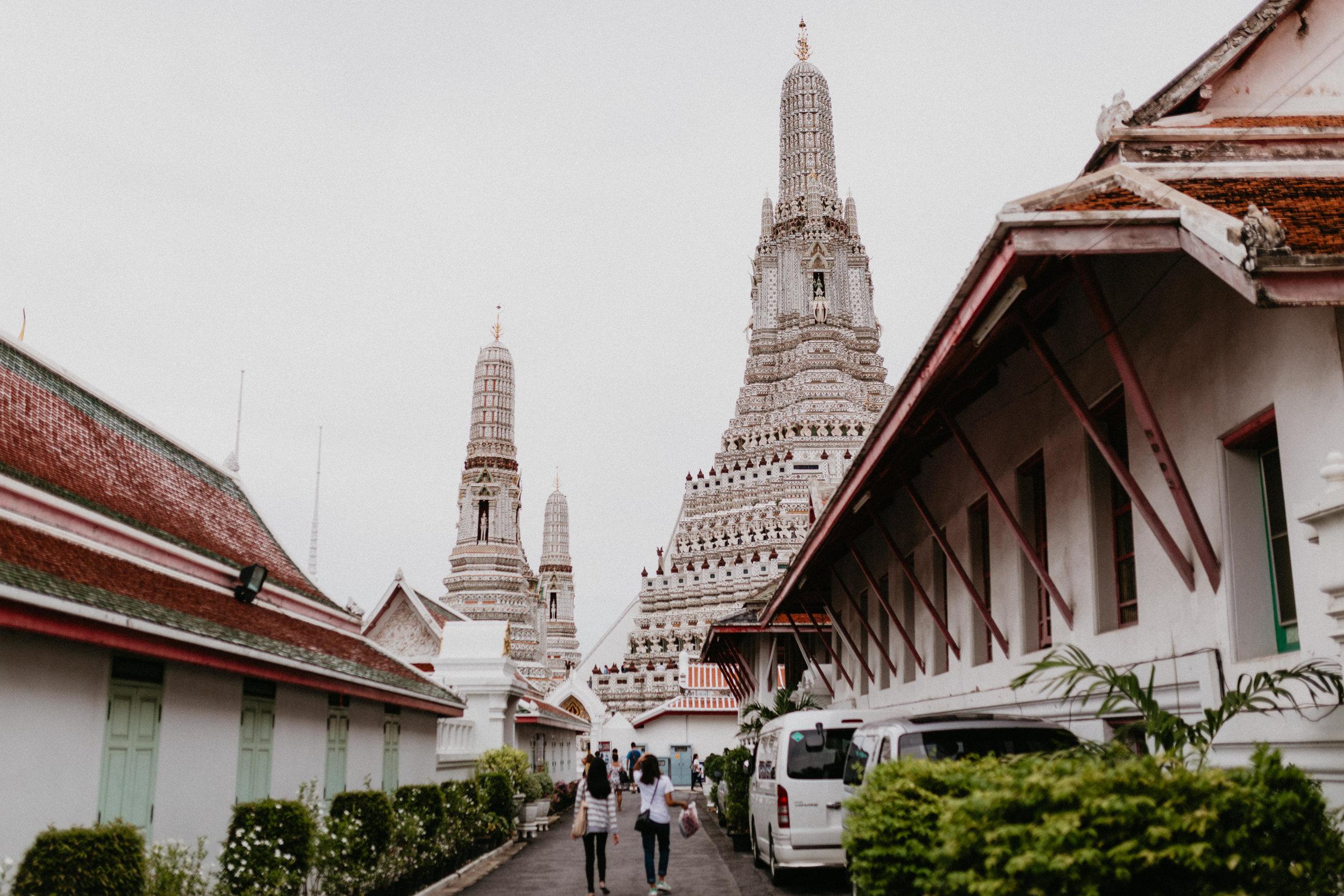 Pathway to Wat Arun.jpg
