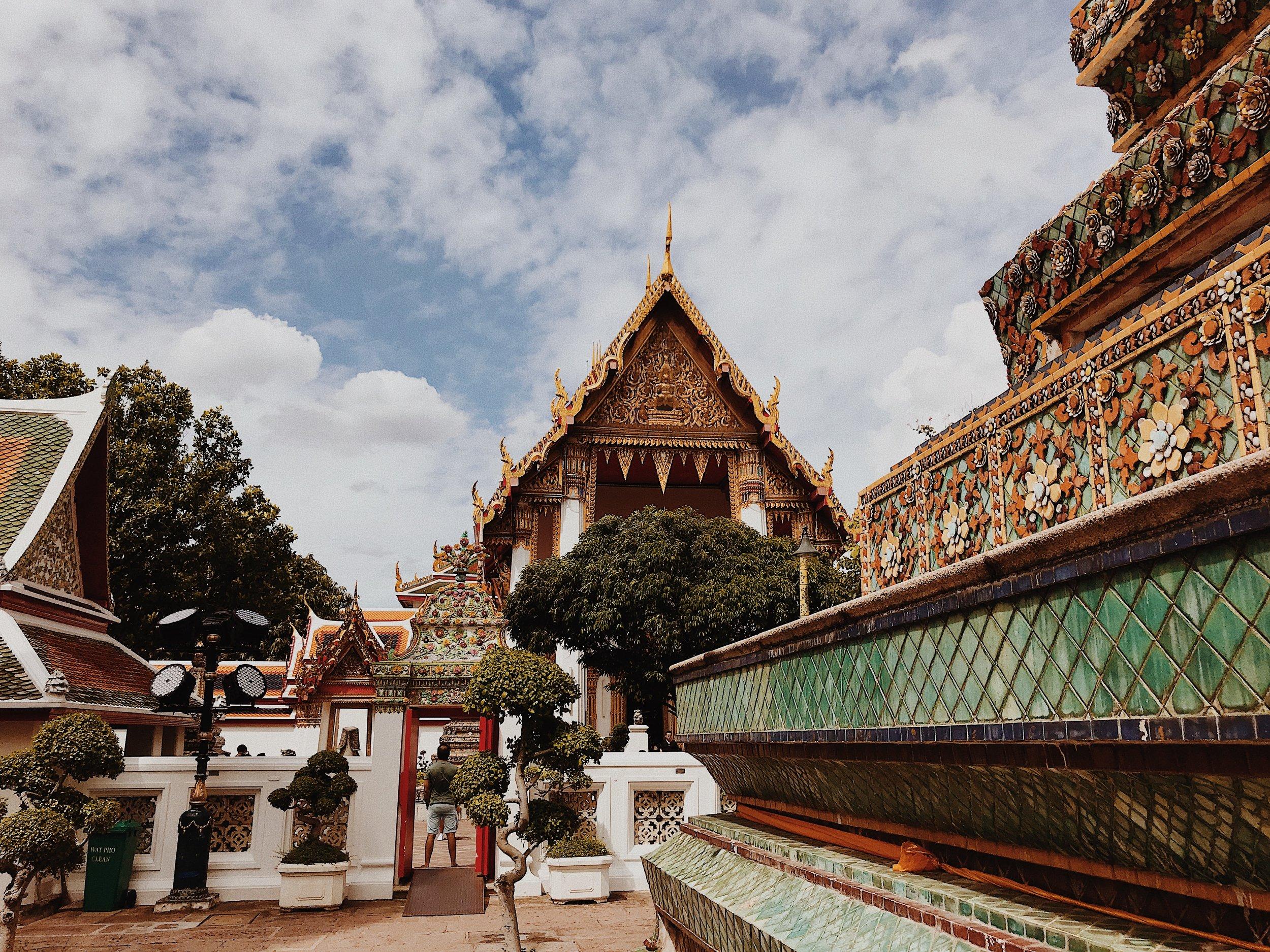 Temples of the Reclining Buddha at Wat Pho.JPG