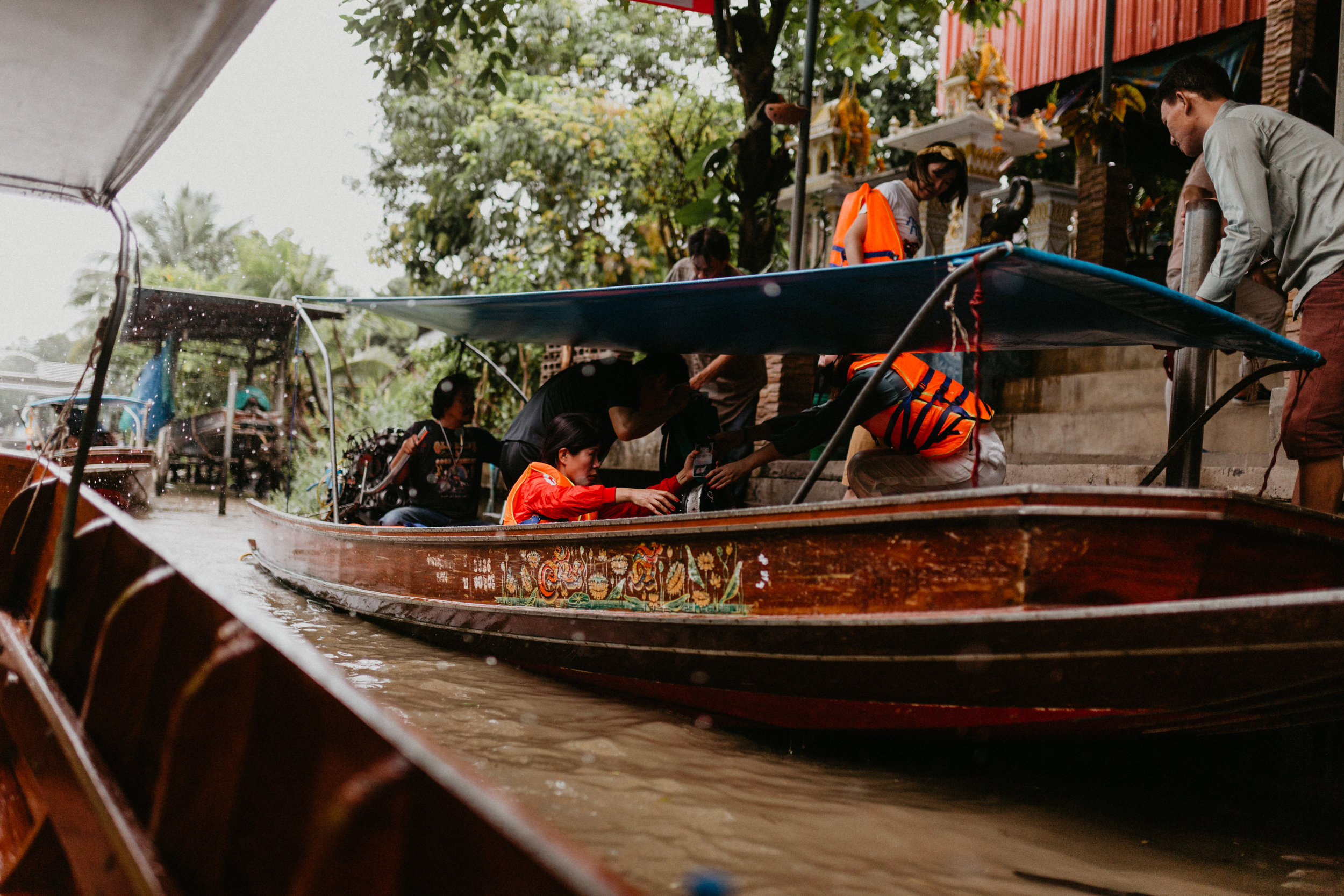 tourists entering boats damnoen saduak.jpg