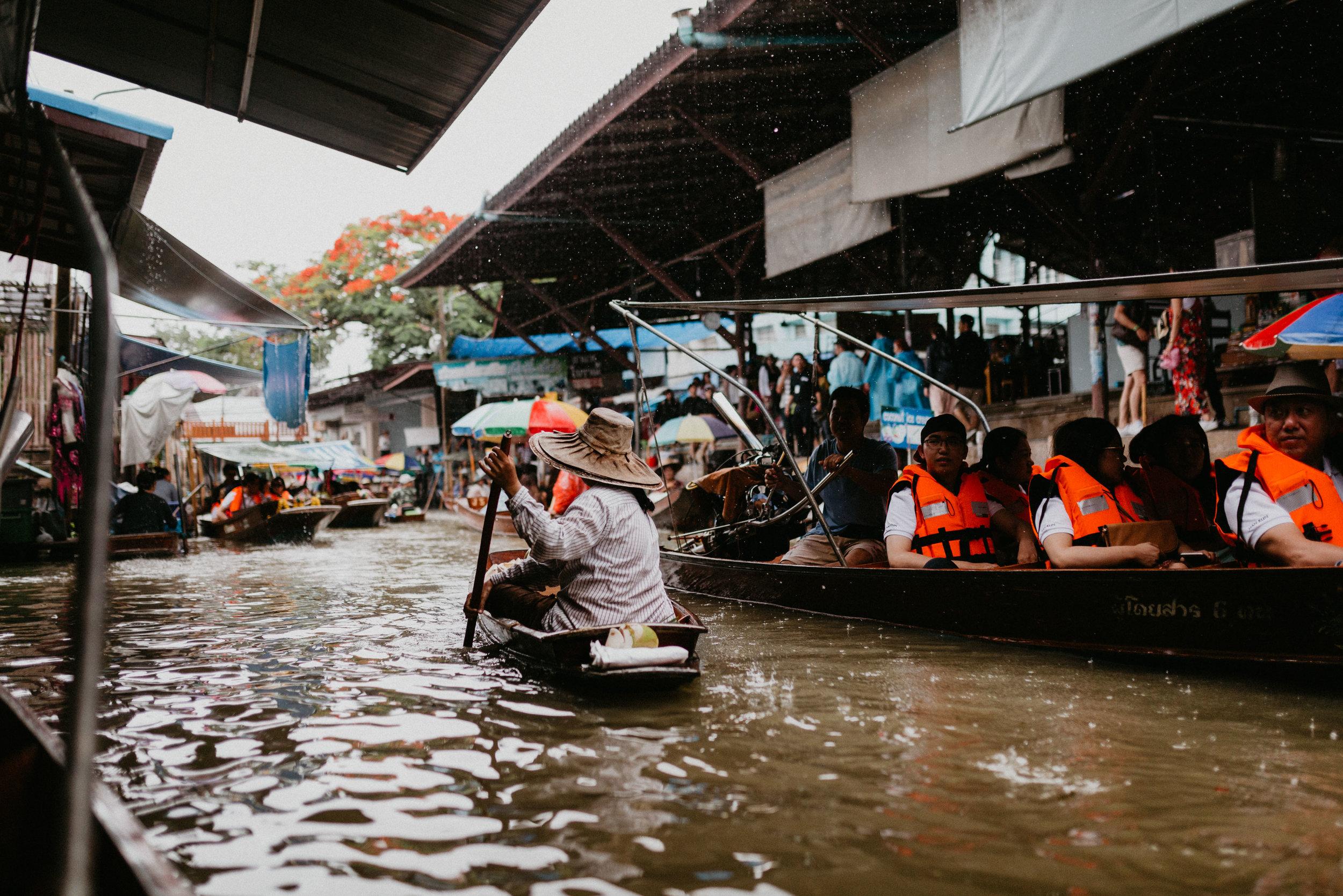 Thai woman in Damnoen Saduak floating market.jpg