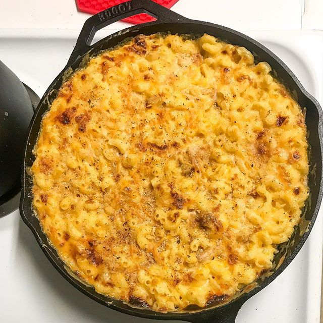 this is what no meat on monday looks like 😋 ⠀⠀⠀⠀⠀⠀⠀⠀⠀ skillet mac and cheese 🧀 in my @lodgecastiron 👩🏾‍🍳 ⠀⠀⠀⠀⠀⠀⠀⠀⠀ 📸: yours truly ☺️