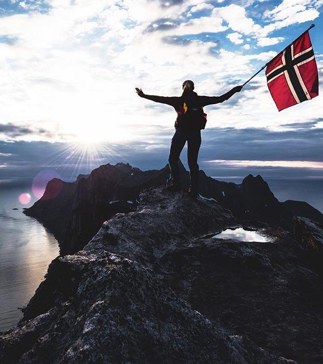 Gratulerer med dagen Norge! Hur fantastiskt är inte naturen i vårt kära grannland!? Någon som planerar äventyr dit i sommar? 🙌⛰🙋🏼♀️ #onedgeinspiration #visitnorway 📷: @hjapix