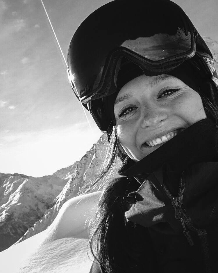 """Mette Asp   """"För mig handlar det om att göra sånt jag inte är van vid och att pusha mina gränser. Att vara utanför min comfortzone i skidåkning är bland det roligaste jag vet. Det tillkommer även mer risker, vilket är lite tråkigt, men man får hitta en bra balans. Det är en otroligt häftig känslan när man utvecklas och känner att det som tidigare varit utanför ens comfort zone sedan blir inom. Som f.d. alpinåkare gör jag min första säsong på FWQ och ser fram emot att ligga mycket utanför min comfort zone i vinter"""""""