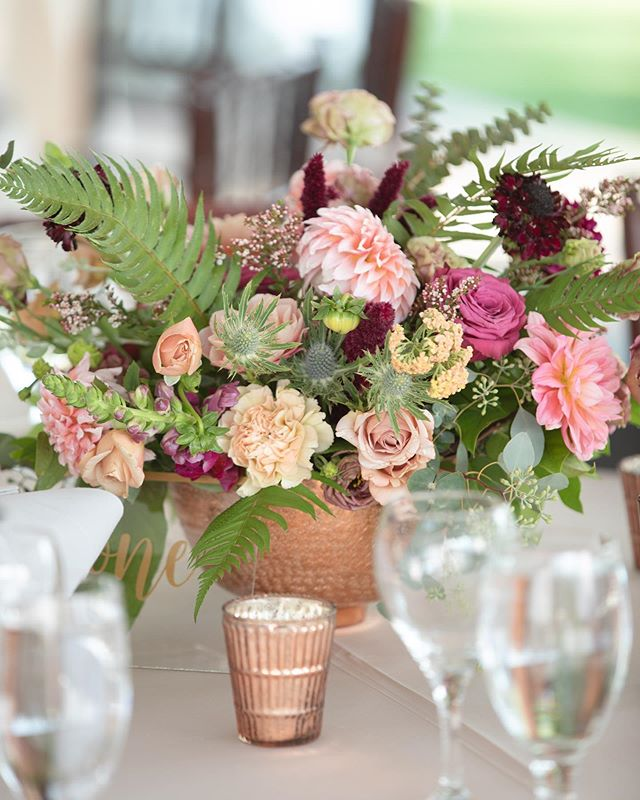 When it comes to wedding florals are you pro neutrals or pro color?  Planning & Design: @jessica_soeventful  Photographer: @jennbagwellphoto  Florals: @huckleberryblooms