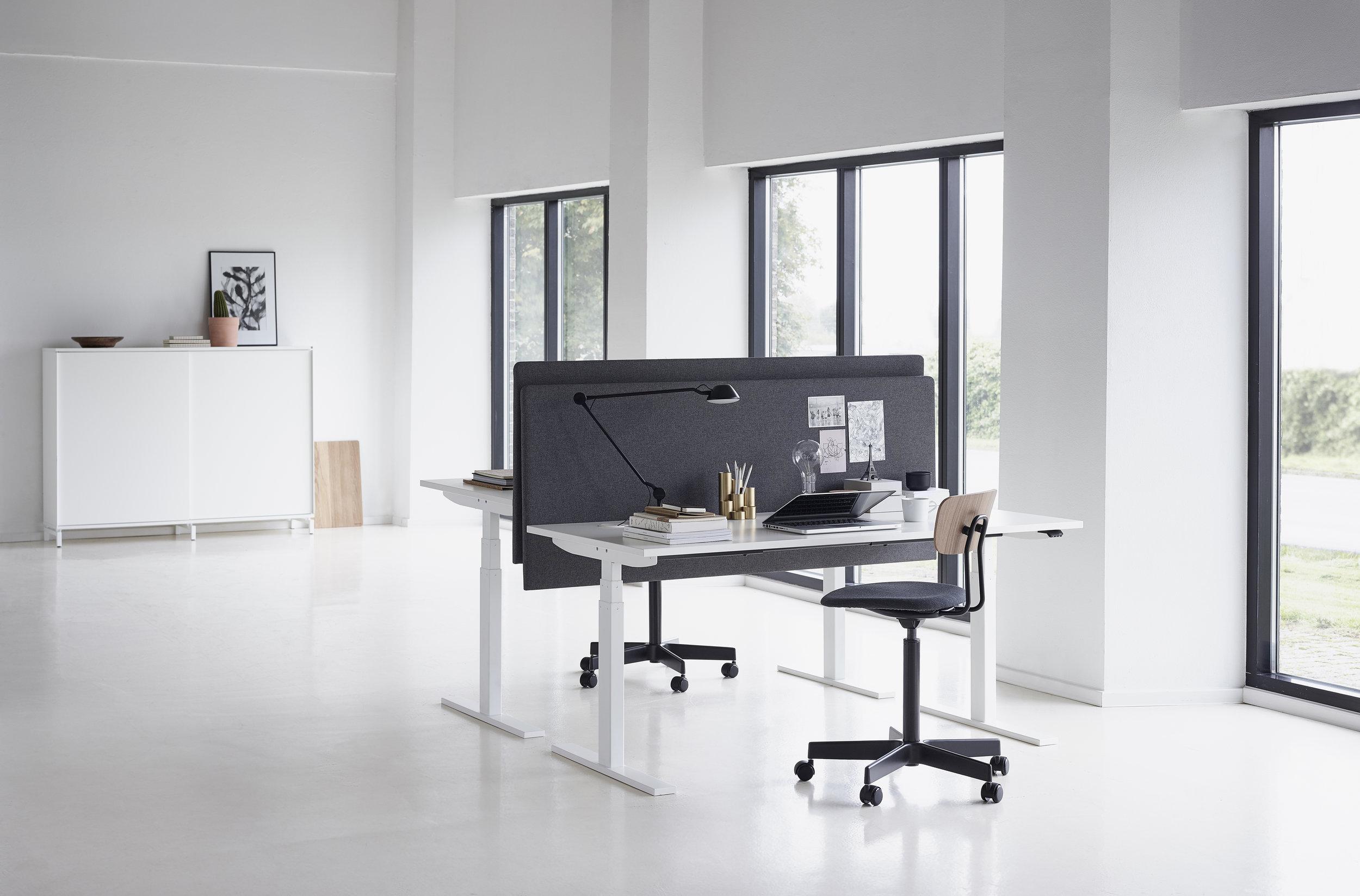 jeb_furniture_desking_holmris_Q20-ambient-01s.jpg