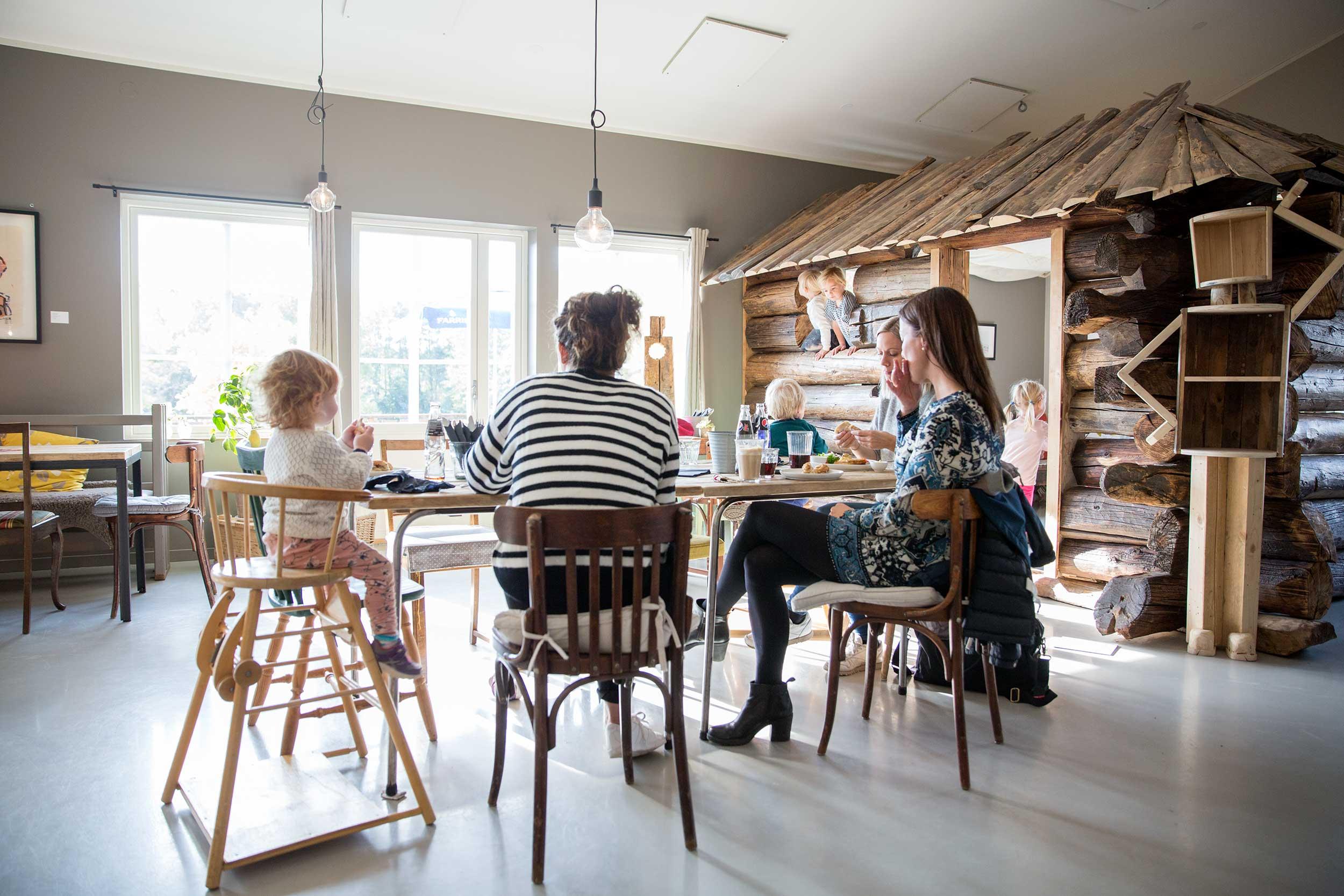 Mødre på besøk i kafeen