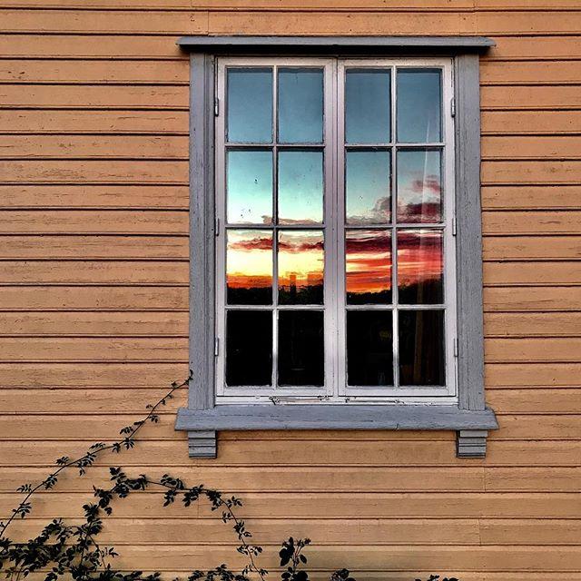 Morning has broken...... i gammelt vindusglass. GOD HELG!