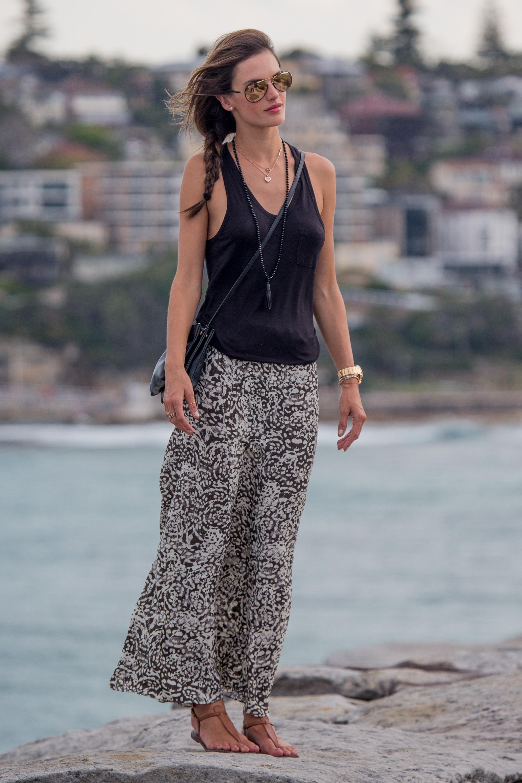 INF_Alessandra_Ambrosio_Bondi_Bronte_Beach_Walk-17.jpg