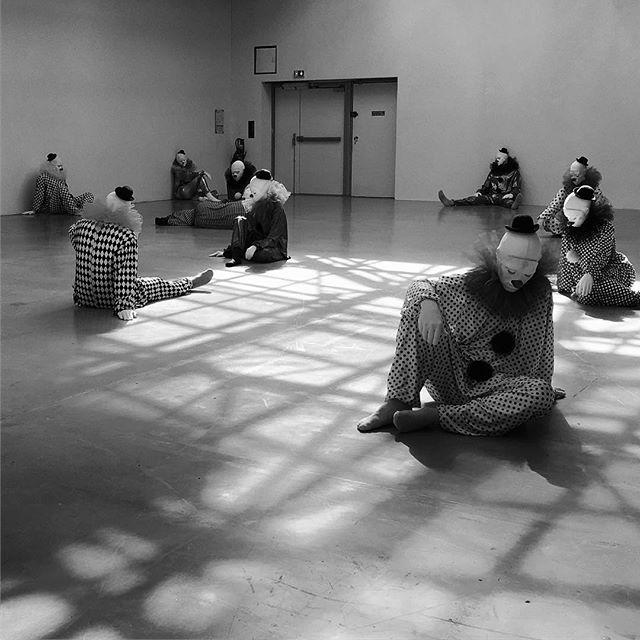 Enfance : sad clowns by Ugo Rondinone @palaisdetokyo #palaisdetokyo #encoreunjourbananepourlepoissonrêve #itthemovie #clownseverywhere #paris #france #exhibition #museum #funny #clown #tiny #sulpture #instablackandwhite #blackandwhite #photography #weird #event #childhood #person #scale #art #modernart #modernartist #disruptive #selfie