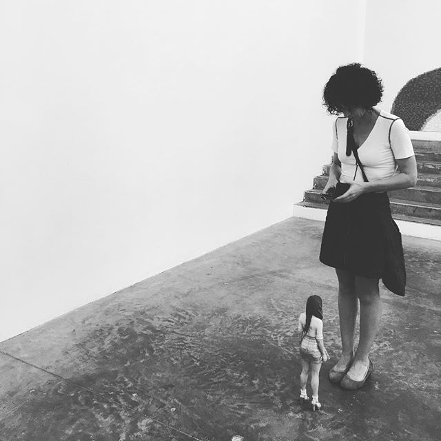 Enfance by Tomoaki Suzuki @palaisdetokyo #palaisdetokyo #tomoakisuzuki #encoreunjourbananepourlepoissonrêve #paris #france #exhibition #museum #funny #cute #tiny #sulpture #instablackandwhite #blackandwhite #photography #girl #event #childhood #person #scale #art #modernart #modernartist #disruptive #selfie