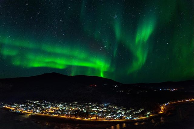 I often wonder how many people are sleeping while the lights dance above their homes. While most are cozy sleeping in bed I would rather stay up all night and photograph the lights.🤪 #travelyukon #dawsoncity #northernlights #nosleep #travelcanada #canada