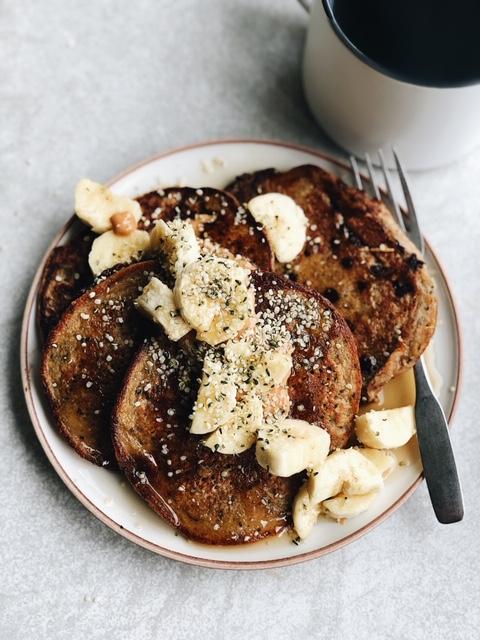 flourless vegan banana oat pancakes (nut free).